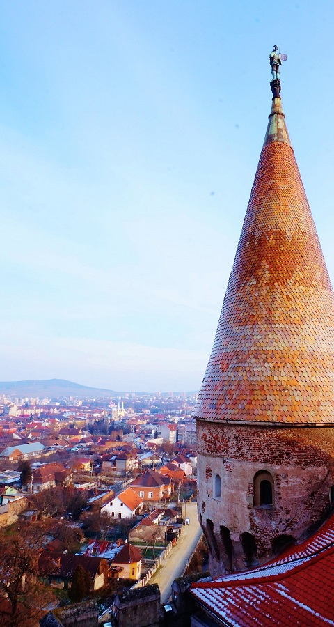 Widok na miasto Hunedoara w Rumunii